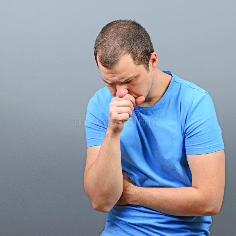 Stående av en man som lider från kroniskt hosta arkivbilder