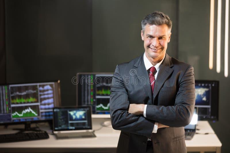 Stående av en manlig aktiemarknadmäklare royaltyfri bild