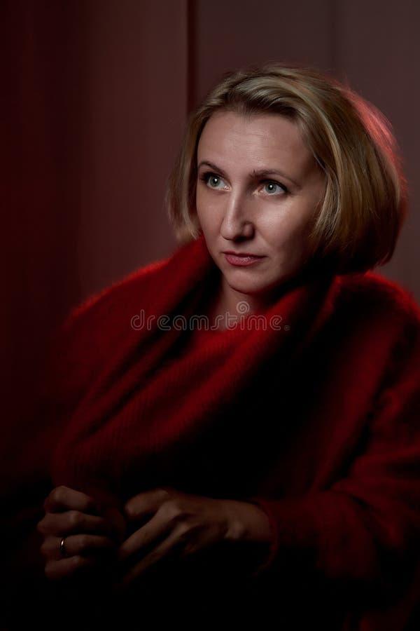 Stående av en medelålders kvinna i rummet Fotografi i studion Fotofors i en mörk tangent fotografering för bildbyråer