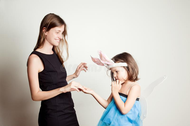 Stående av en moder och en dotter royaltyfri bild