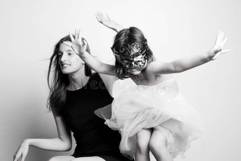 Stående av en moder och en dotter royaltyfri foto