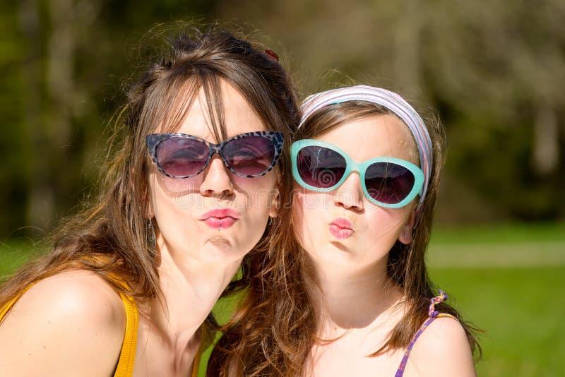 Stående av en moder och en dotter arkivfoto