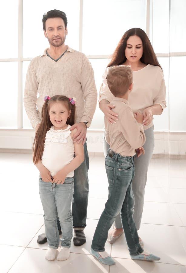 Stående av en modern familj royaltyfri fotografi