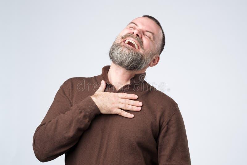Stående av en mogen caucasian man med att skratta för skägg arkivfoto