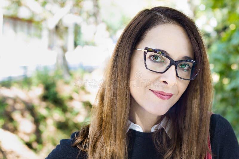 Stående av en mogen kvinna, bärande glasögon, utomhus royaltyfri fotografi