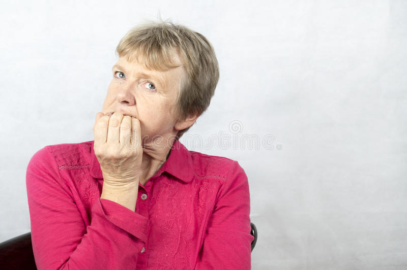 Stående av en mogen kvinna med ett bekymrat ansiktsuttryck royaltyfria foton