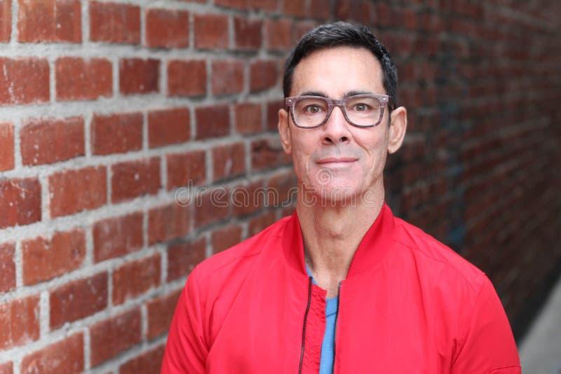 Stående av en mogen man med att le för exponeringsglas royaltyfri fotografi