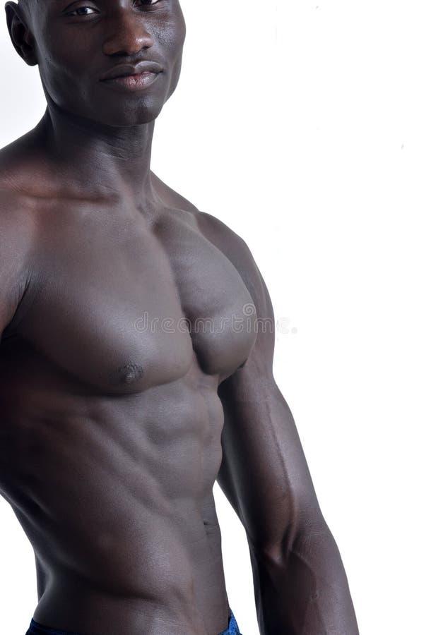 Stående av en muskulös afrikansk man på vit arkivbild