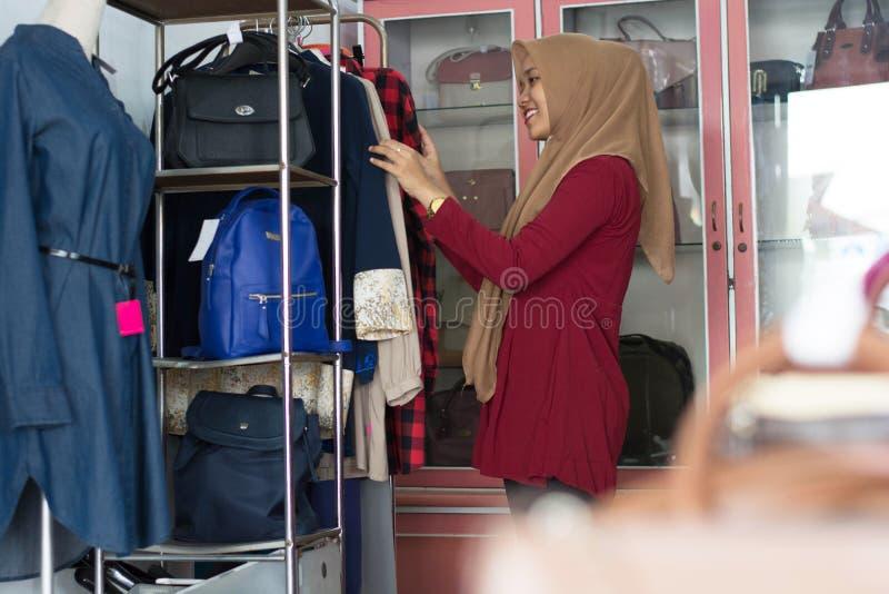 Stående av en muslim kvinnashopping för attraktiv ung asiat i en modestrore fotografering för bildbyråer