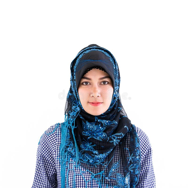 Stående av en muslimsk islamkvinna på vit royaltyfri bild
