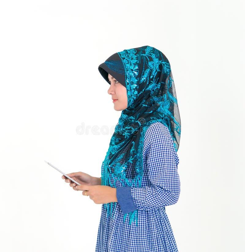 Stående av en muslimsk islamkvinna som isoleras på vit bakgrund royaltyfri foto