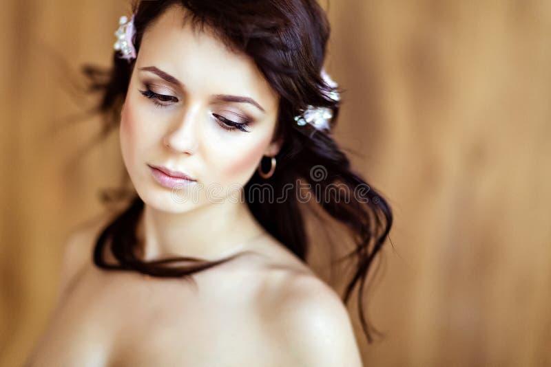 Stående av en mycket gullig sinnlig härlig flickabrunett med cl royaltyfri bild