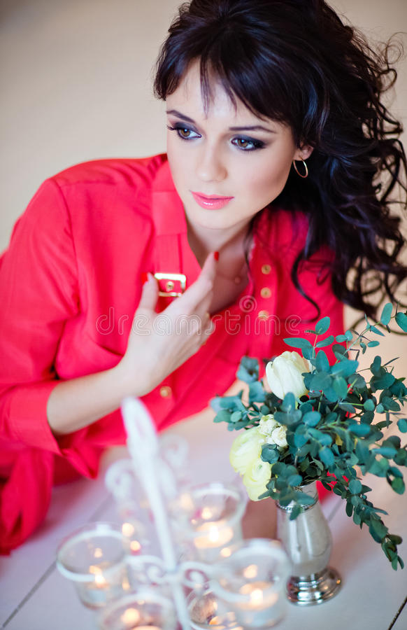 Stående av en mycket härlig sexig flicka i en röd klänning på floen arkivfoton
