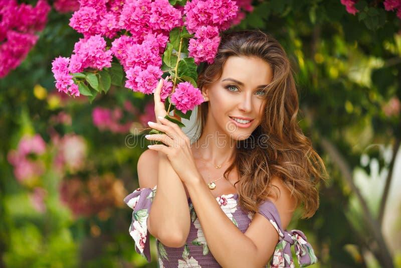 Stående av en mycket härlig sinnlig och sexig flicka i en lång dre fotografering för bildbyråer
