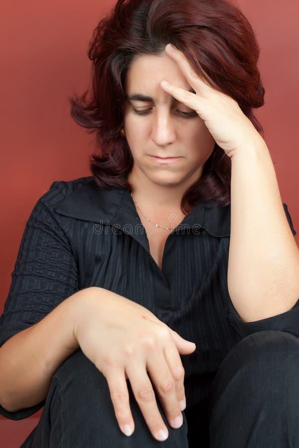 Stående av en mycket stressad kvinna arkivfoto