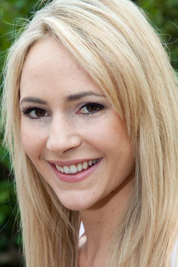 Stående av en nätt blond kvinna arkivfoto