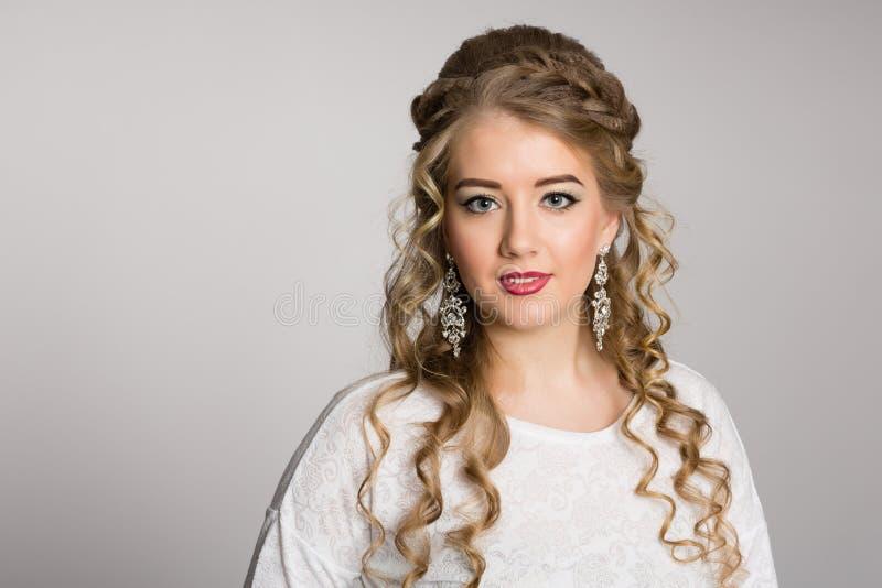 Stående av en nätt flicka med en trendig frisyr royaltyfri foto