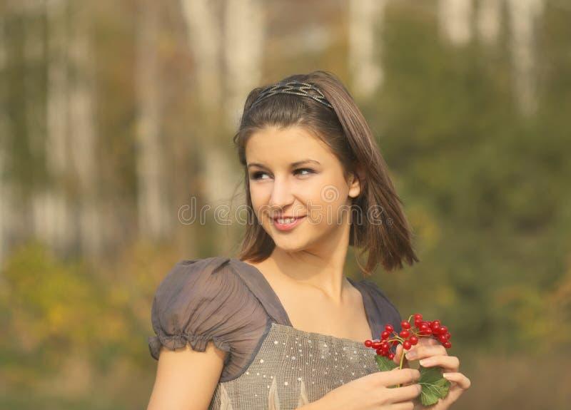 Stående av en nätt le tonårig flicka i höst p royaltyfria bilder