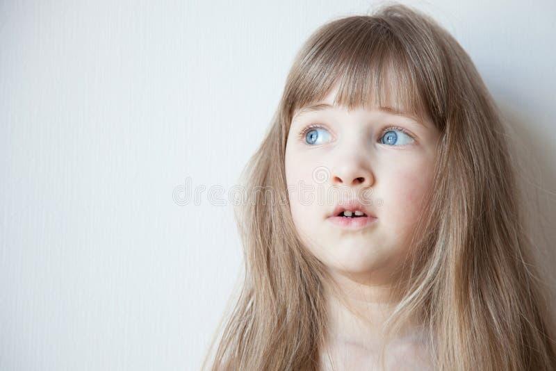 Stående av en nätt liten flicka med öppnad ögonsned boll arkivfoton