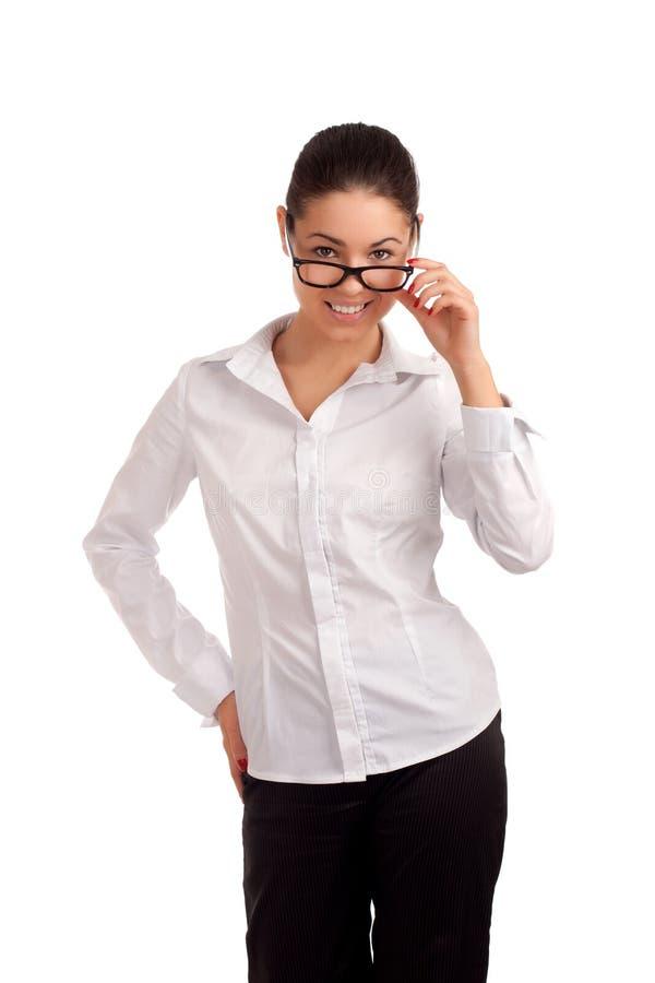 Stående av en nätt ung affärskvinna