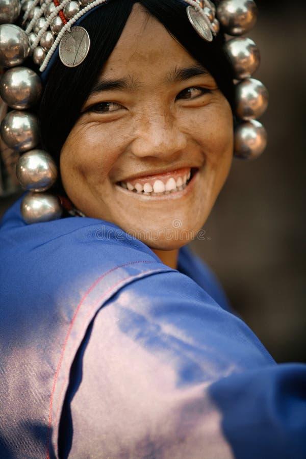 Stående av en nätt ung kvinna från den Akha folkgruppen royaltyfri fotografi