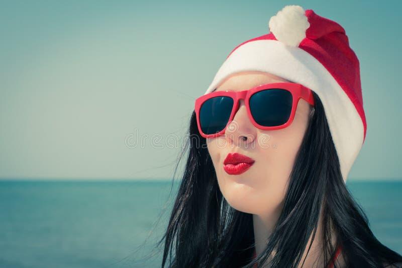 Stående av en nätt ung kvinna i themed dräkt för jul royaltyfria bilder