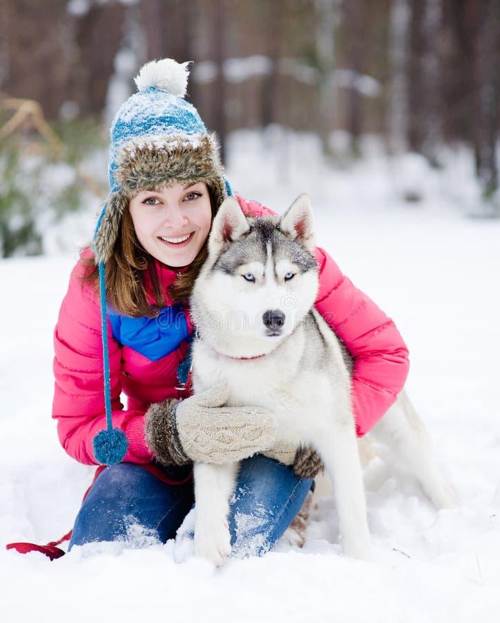 Stående av en nätt ung kvinna med hennes älsklings- hund arkivbild