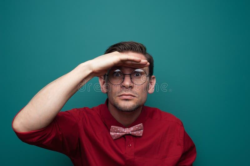 Stående av en nyfiken ung man i exponeringsglas arkivfoto
