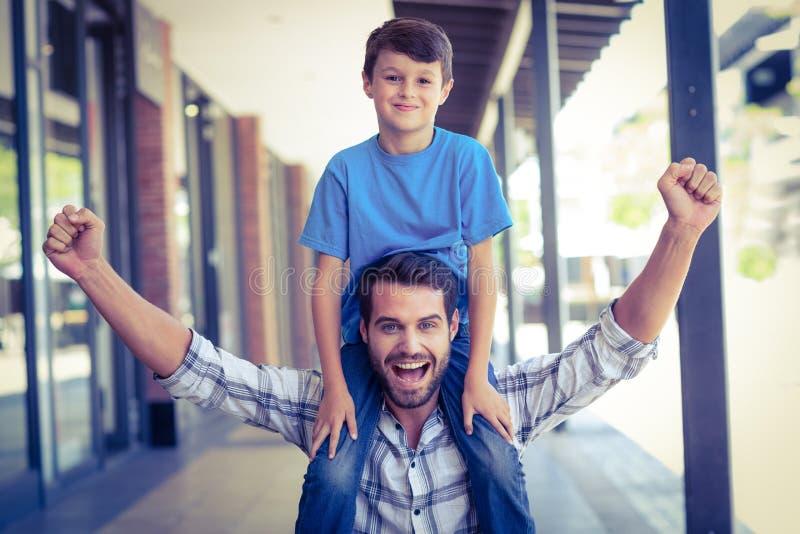 stående av en piggybacking för fader och för son arkivfoton