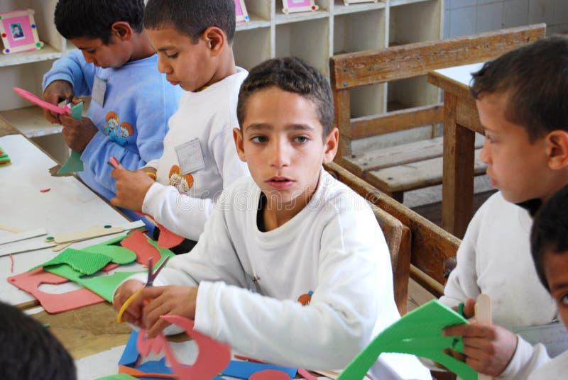 Stående av en pojke i grupp i Egypten royaltyfri foto