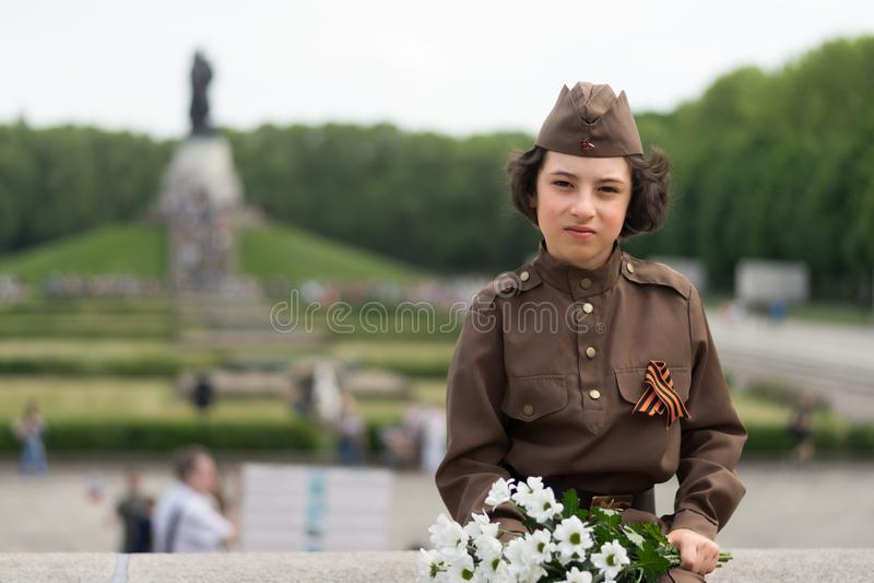 Stående av en pojke i likformign av en soldat royaltyfria bilder
