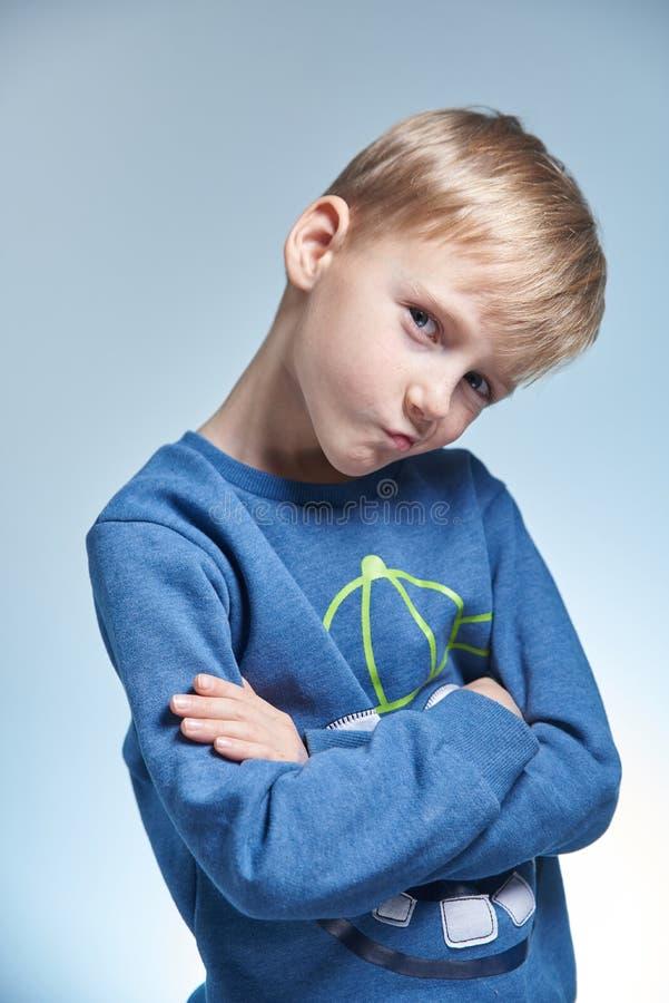 Stående av en pojke i studion 7 gamla år arkivfoto