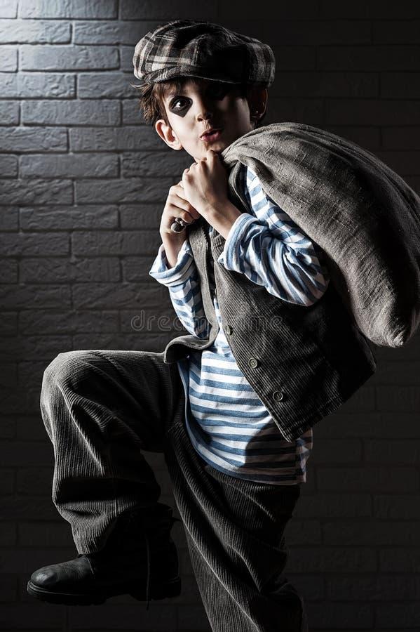 Stående av en pojke med en påsetjuv arkivfoto