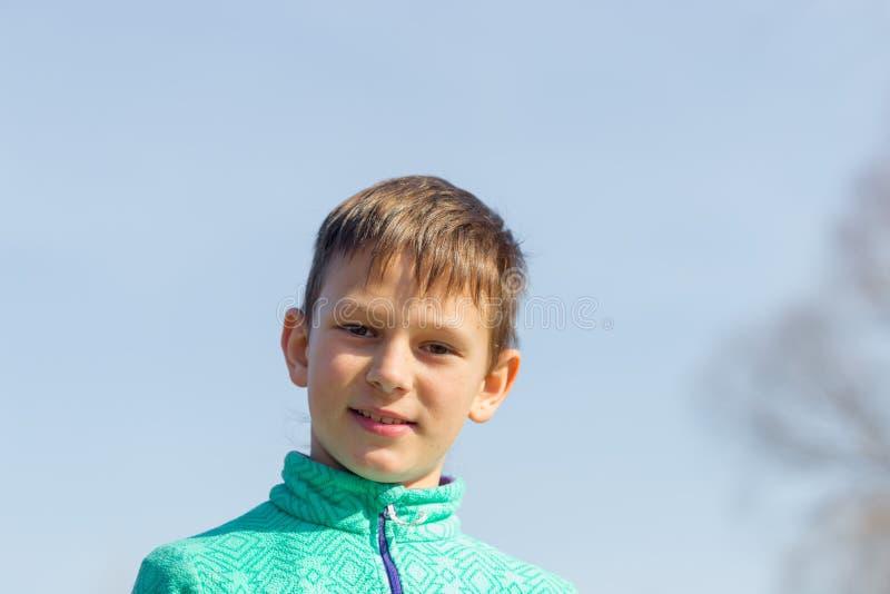 Stående av en pojke mot himlen royaltyfri fotografi