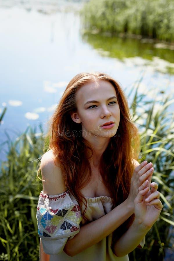 Stående av en rödhårig flicka med långt hår Hår ner konstnärlig stående Naturbarn Närhet till naturalness royaltyfria foton