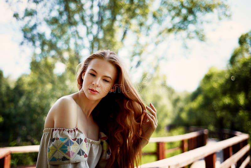 Stående av en rödhårig flicka med långt hår Hår ner konstnärlig stående Naturbarn Närhet till naturalness arkivbild