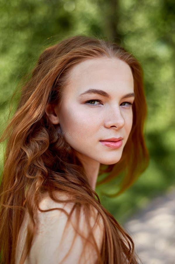 Stående av en rödhårig flicka med långt hår Hår ner konstnärlig stående Naturbarn Närhet till naturalness royaltyfri bild