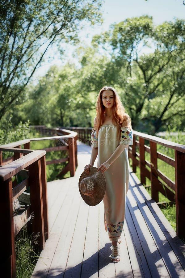 Stående av en rödhårig flicka med långt hår Hår ner konstnärlig stående Naturbarn Närhet till naturalness arkivbilder