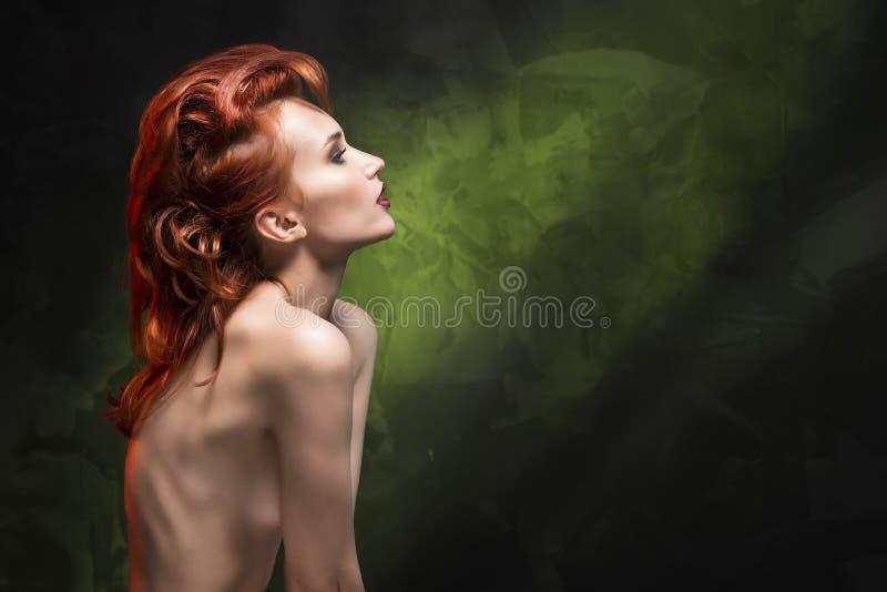 Stående av en rödhårig manflicka på en grön lutningbakgrund fotografering för bildbyråer