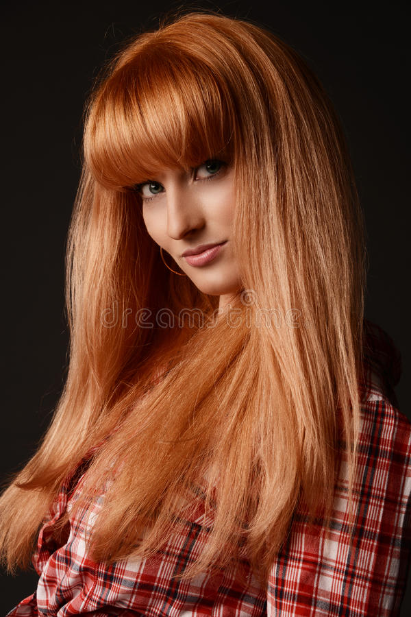 Stående av en rödhårig manung flicka arkivfoto
