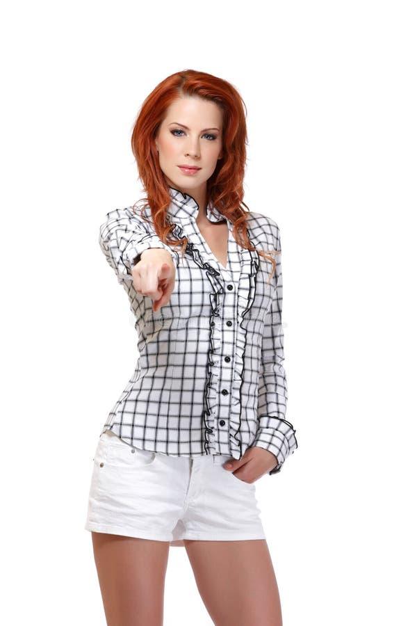 Stående av en redheadkvinna som pekar på dig royaltyfri fotografi