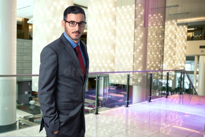 Stående av en resande lyckad ledare för man för företags affär i en säker stilfull vd för hotelllobbyarbetsplats royaltyfri bild