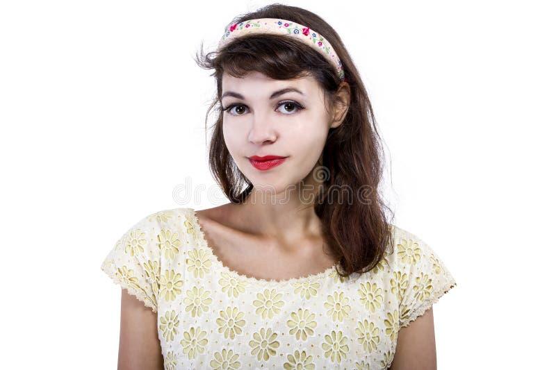 Stående av en Retro flicka på en vit bakgrund royaltyfri fotografi