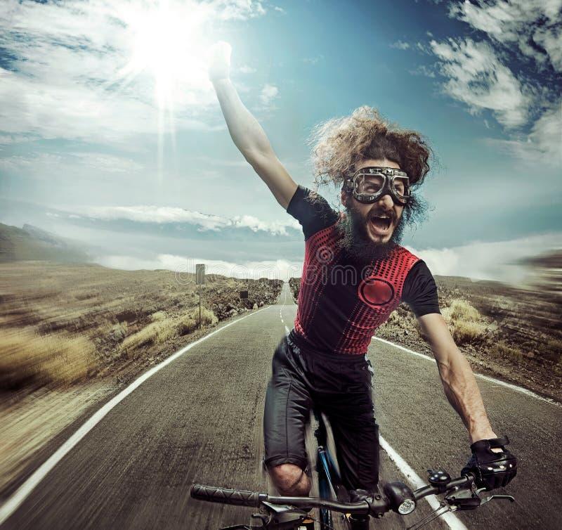 Stående av en rolig skrika cyklist royaltyfria bilder