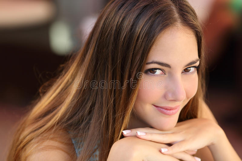 Stående av en säker kvinna med slät hud arkivfoto