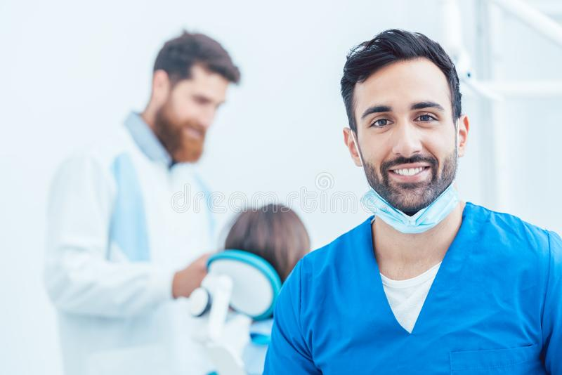 Stående av en säker tandläkare i ett modernt tand- kontor royaltyfri bild