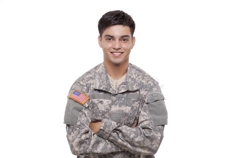 Stående av en säker ung amerikansk soldat med korsade armar royaltyfri bild