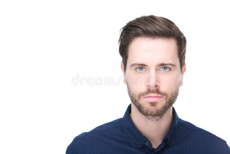 Stående av en säker ung man med skägget arkivfoton