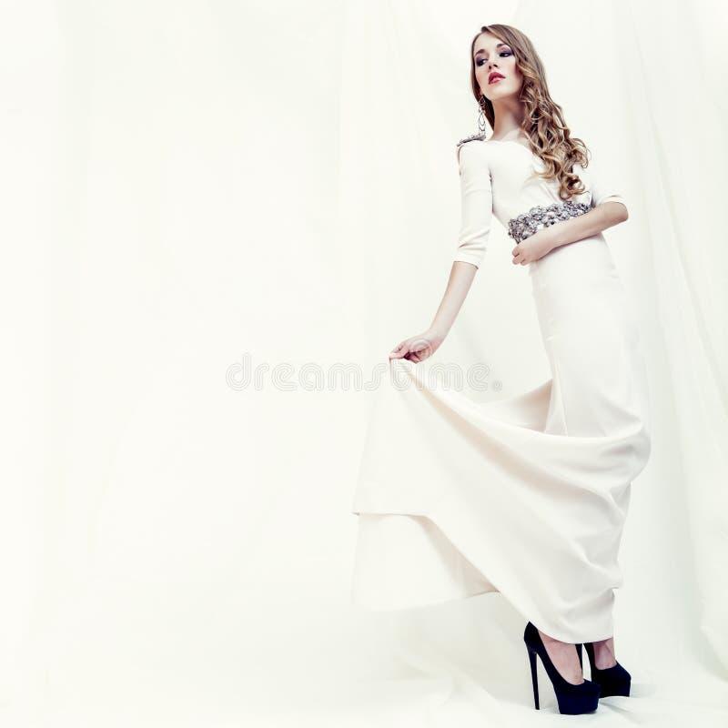 stående av en sinnlig flicka i en vit klänning fotografering för bildbyråer