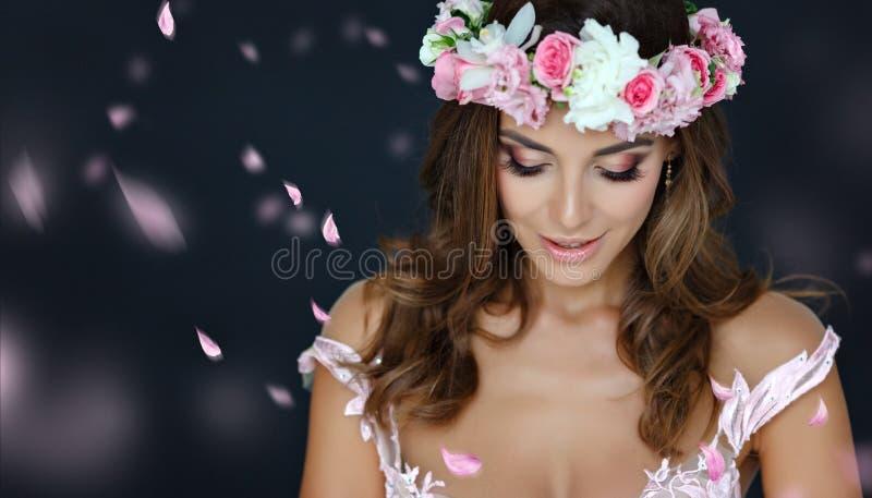 Stående av en sinnlig härlig flicka i en rosa klänning och en wreat royaltyfri bild